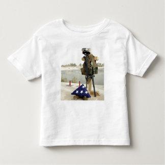 Una exhibición caida del engranaje de los soldados camisas