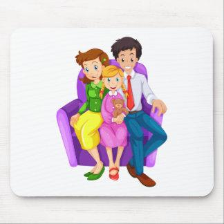 Una familia feliz que se sienta en un sofá alfombrilla de ratón