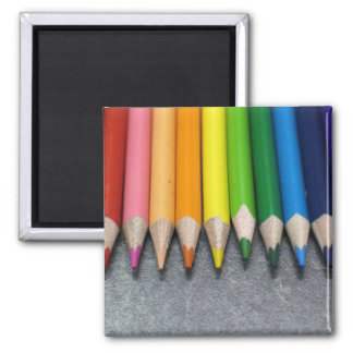 Una fila de lápices coloreados imán cuadrado