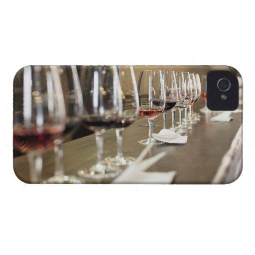 Una fila larga de copas de vino puso tan un grande Case-Mate iPhone 4 cobertura