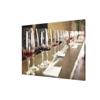 Una fila larga de copas de vino puso tan un grande impresión en lienzo estirada
