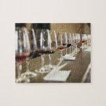 Una fila larga de copas de vino puso tan un grande puzzle