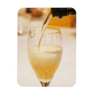 Una flauta de cristal del champán que es llenada d imanes