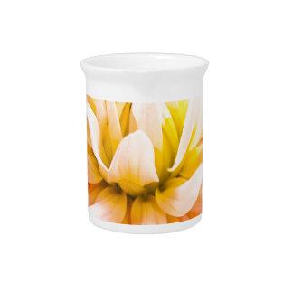Una flor de la dalia del verano en fondo vivo jarras