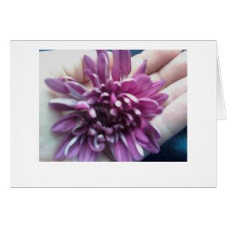 Una flor en el notecard de la mano tarjeta pequeña