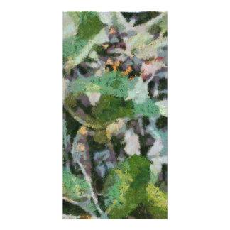 Una flor entre las hojas plantilla para tarjeta de foto