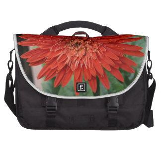 Una flor roja brillante bolsas de portátil