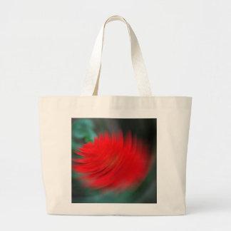 Una flor roja en un tornado bolsas