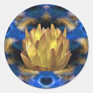 Una flor y reflexiones de loto del oro pegatina redonda