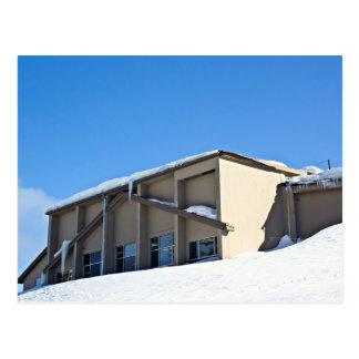 Una foto de una casa de campo del esquí tarjeta postal