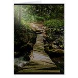 Una foto del puente de madera del bosque del paso  tarjeton