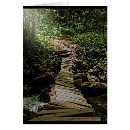Una foto del puente de madera del bosque del paso  tarjeta de felicitación