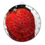 Una fresa madura roja, alista para ser comida, del tabla dardos