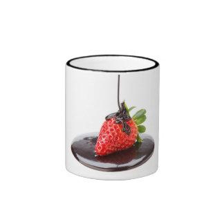 Una fresa roja y chocolate taza de dos colores