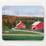 Una granja en Vermont cerca de Peacham. LANZAMIENT Alfombrilla De Raton