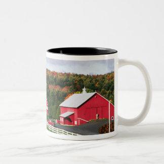 Una granja en Vermont cerca de Peacham. Taza De Dos Tonos