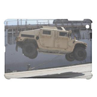 Una grúa levanta un M998 Humvee