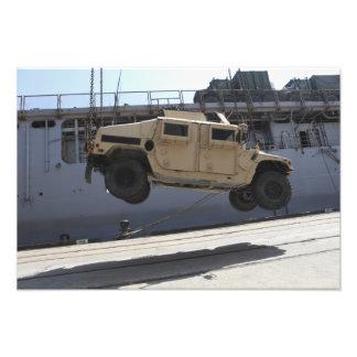 Una grúa levanta un M998 Humvee Fotografia