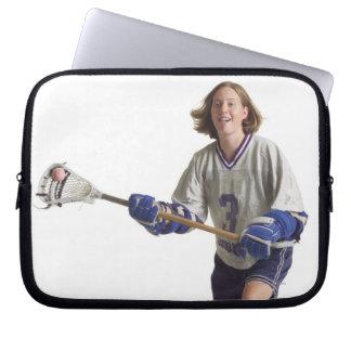 una hembra caucásica adolescente en un jersey mangas computadora