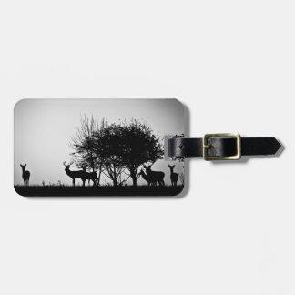 Una imagen de algunos ciervos en la niebla de la m etiquetas para maletas