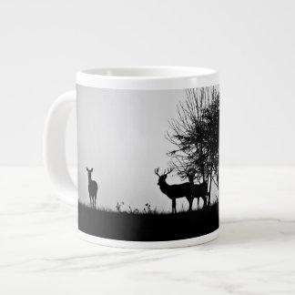 Una imagen de algunos ciervos en la niebla de la taza grande