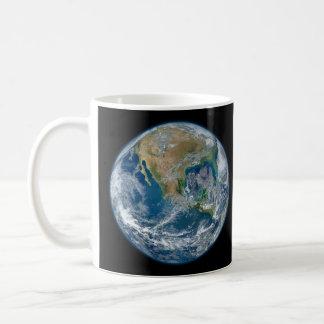 Una imagen de mármol azul de la tierra del planeta taza clásica