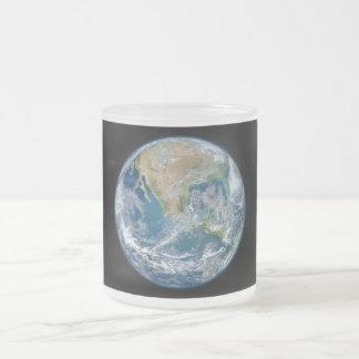Una imagen de mármol azul de la tierra del planeta taza de cristal
