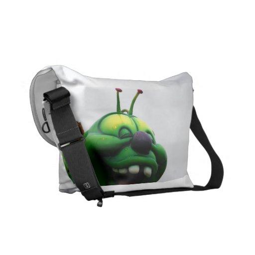 Una imagen justa torpe del paseo de la oruga verde bolsa de mensajería