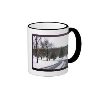 Una impulsión fría de la tarde del invierno taza de dos colores