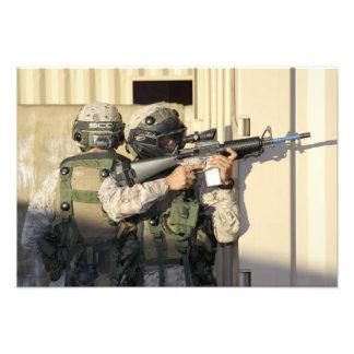 Una infantería explora los objetivos su arma fotografías