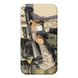 Una infantería explora los objetivos su arma iPhone 4/4S carcasa