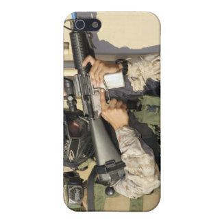 Una infantería explora los objetivos su arma iPhone 5 carcasas