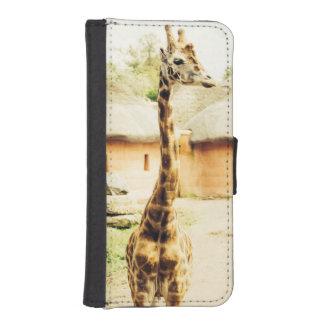 Una jirafa en un pueblo africano, fotografía fundas tipo billetera para iPhone 5