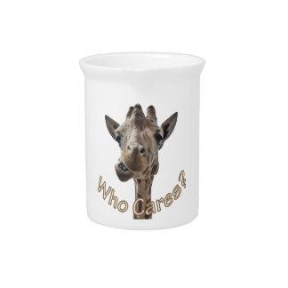 Una jirafa fresca con actitud jarra de beber