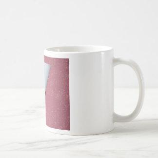 Una lámpara montada en la pared fijó contra una pa tazas de café