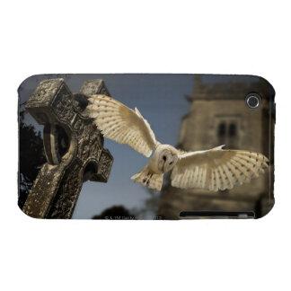 Una lechuza común (Tyto alba) en un cementerio en iPhone 3 Funda