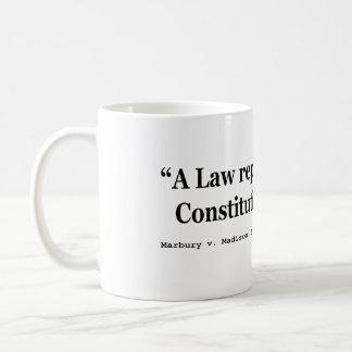 Una ley repugnante a la constitución está vacía taza básica blanca
