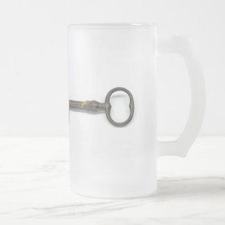 Una llave antigua taza de cristal