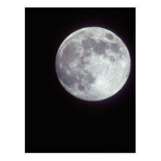 Una Luna Llena brillante en un cielo de noche Postal