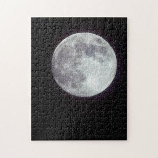 Una Luna Llena brillante en un cielo nocturno Puzzle