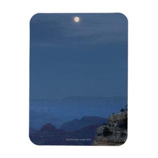 Una Luna Llena sube a través de un cielo de la osc Iman Flexible