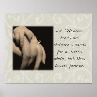 Una madre celebra las manos de sus niños póster