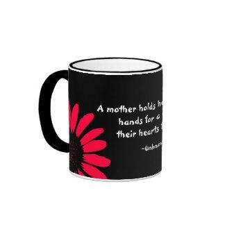 """""""Una madre la celebra… """" Taza A Dos Colores"""