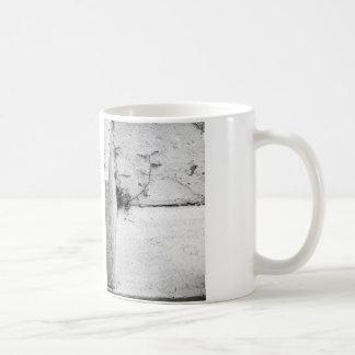 Una mala hierba de la lucha en pasos concretos taza de café