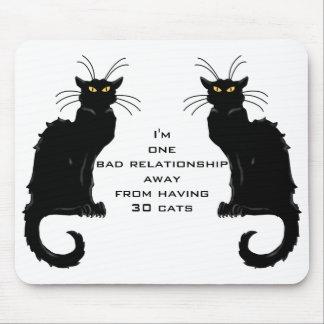 Una mala relación lejos del tener 30 gatos mousepad