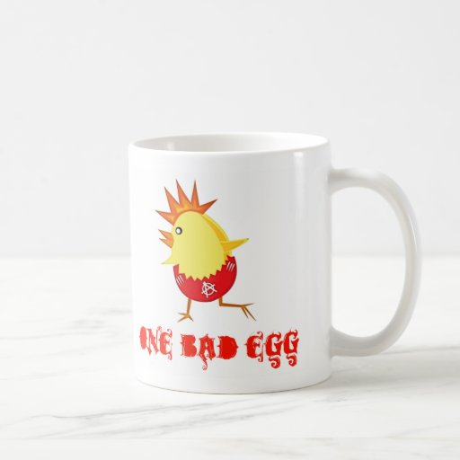 Una mala taza de café del polluelo de Pascua del p