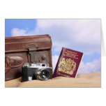 Una maleta de cuero vieja, una cámara retra y tarjeta de felicitación