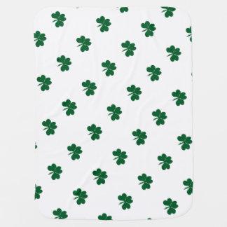 Una manta irlandesa del bebé del pedazo pequenito mantitas para bebé