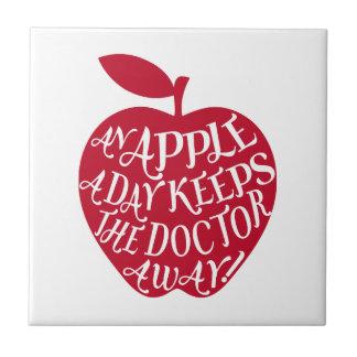 Una manzana al día mantiene al doctor ausente azulejo cuadrado pequeño