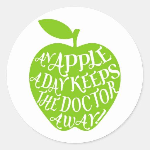 Una manzana al día mantiene al doctor ausente pegatinas redondas